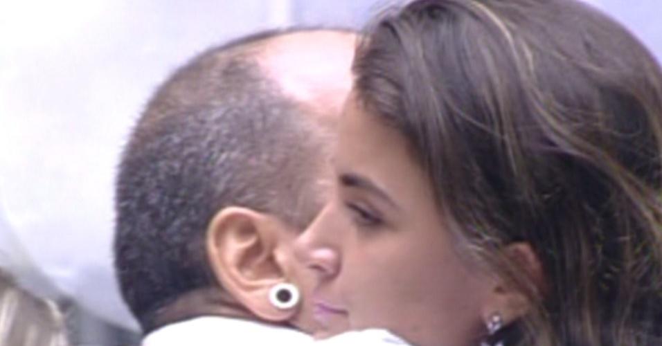 Laisa e João Carvalho se abraçam após resultado (21/2/12)