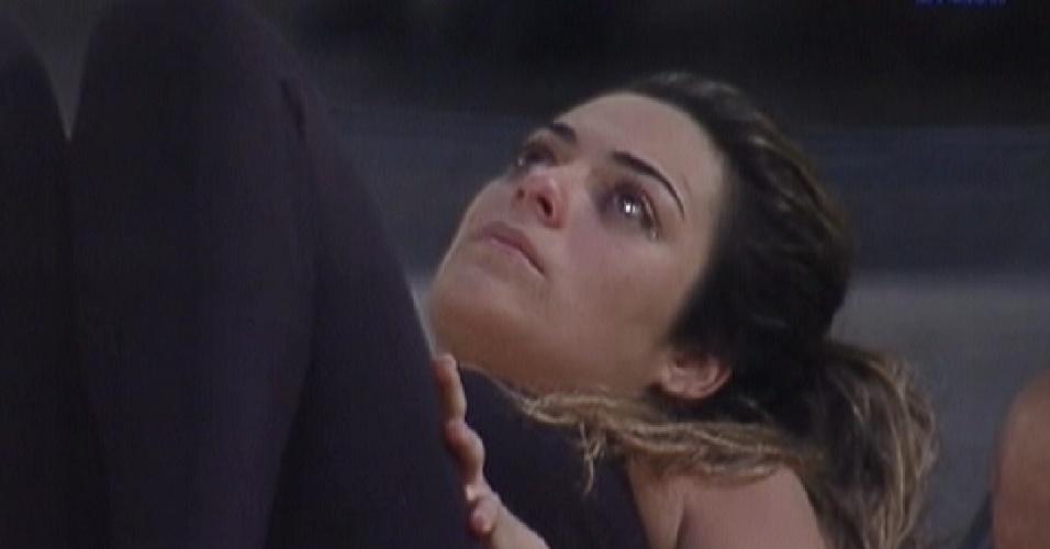 Monique chora e diz estar sentindo vergonha por ter engordado (21/2/12)