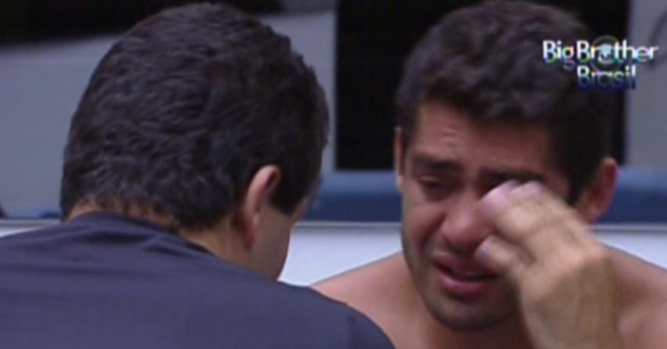 Yuri chora muito após saída de Laisa e é consolado por Rafa (21/2/12)
