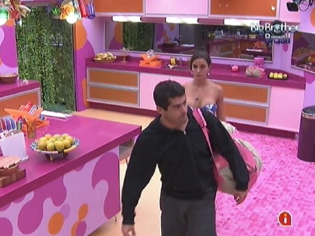 Yuri leva a mala de Laisa para a despensa (21/2/12)