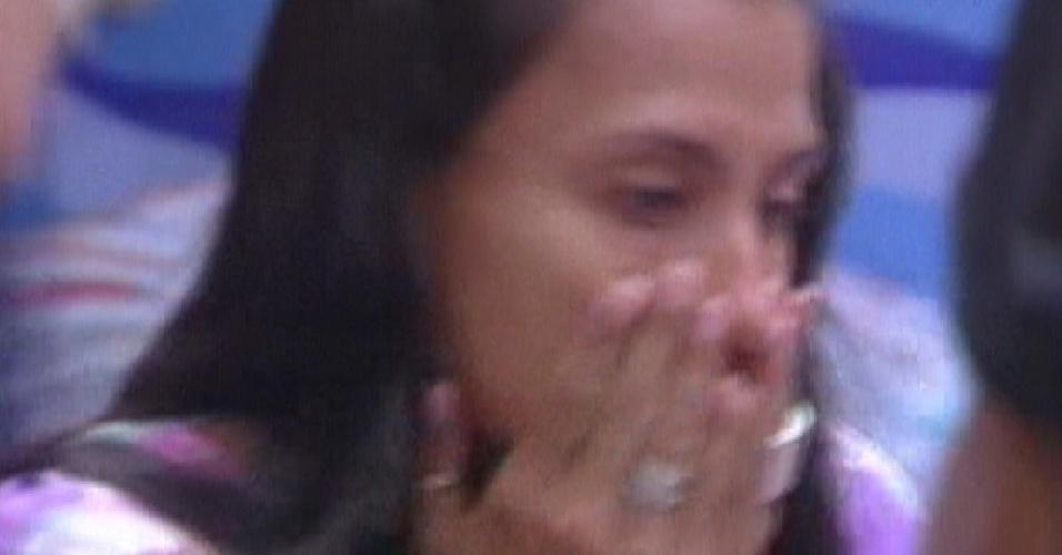 Após se vestir para festa, Kelly chora dizendo que está gorda (22/2/12)