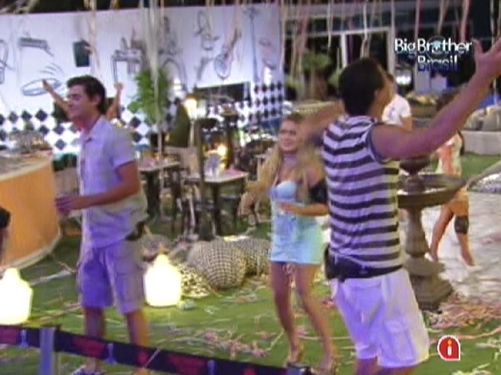 Brothers se divertem durante show da banda Sambô na festa Lapinha do