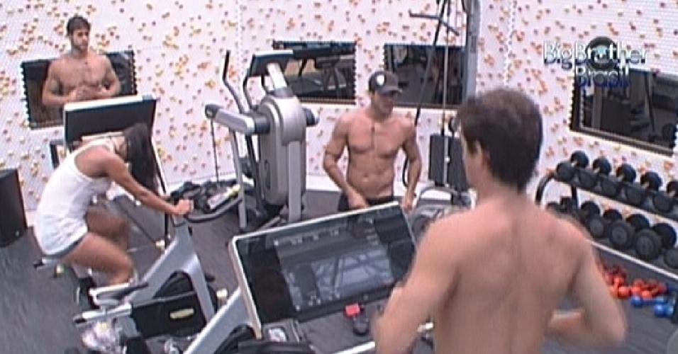 Brothers se exercitam na academia durante a tarde (22/2/12)