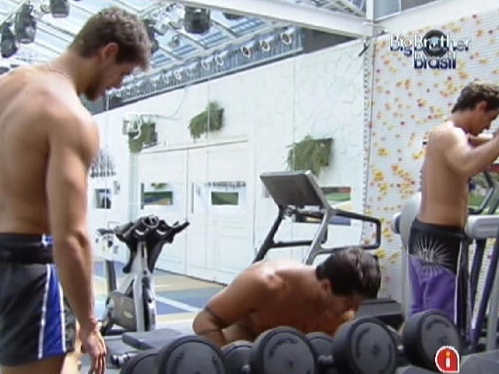 Jonas (esq), Yuri e Fael (dir) malham na academia (22/2/12)