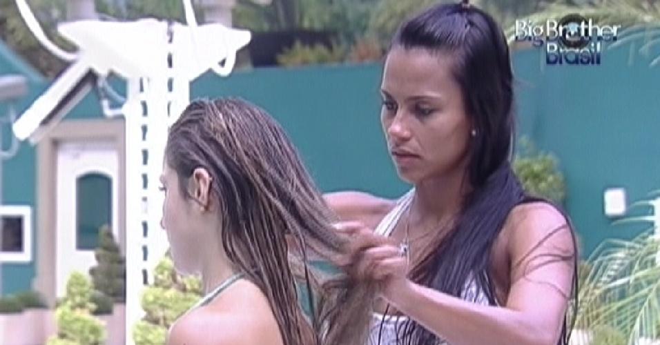 Kelly faz hidratação no cabelo de Renata (22/2/1)