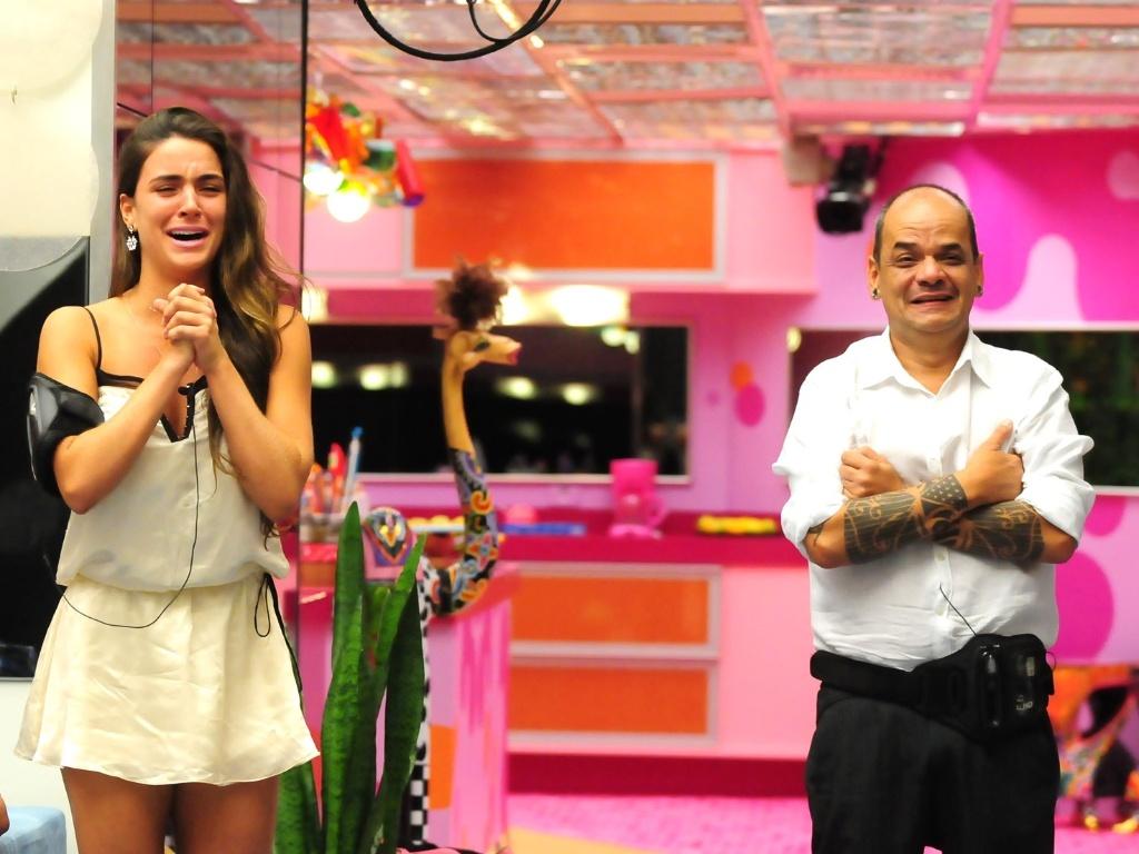 Laisa e João Carvalho vêem suas famílias no paredão entre os dois (21/2/12)