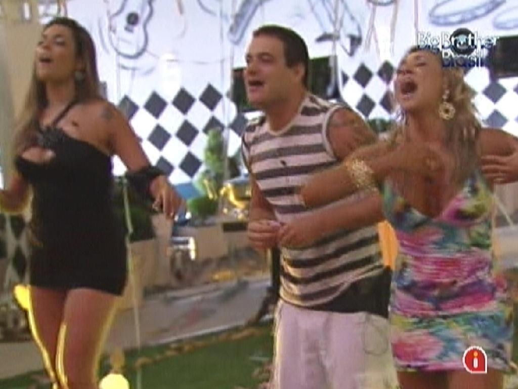 Monique (esq.), Rafa e Fabiana cantam durante show do grupo Sambô na festa Lapinha (22/2/12)