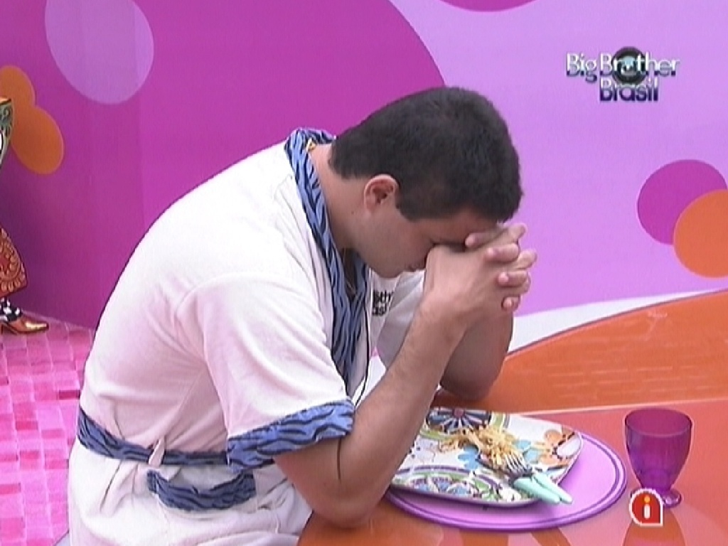 Rafa almoça e diz que não está se sentindo bem, pois ficou muito tempo sem ingerir nada (22/2/12)