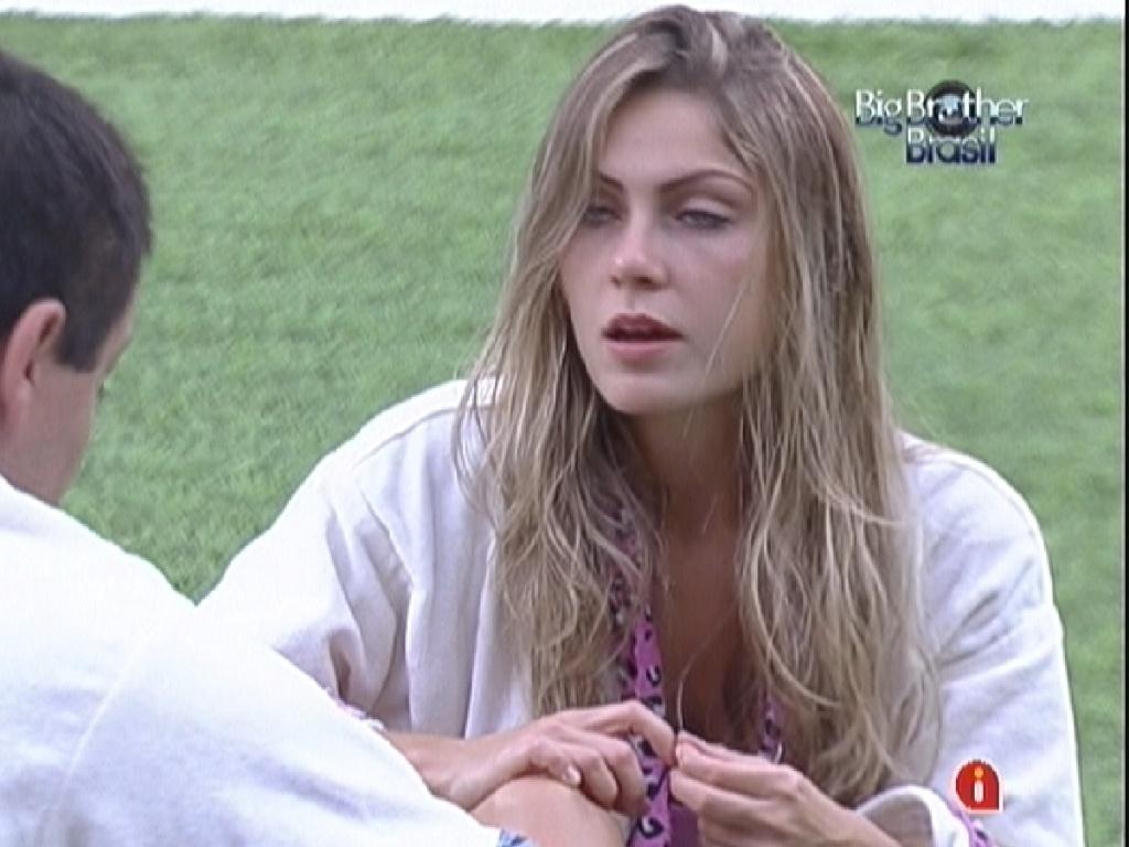 Renata fala para Rafa que não fizeram nada embaixo do edredom (22/2/12)