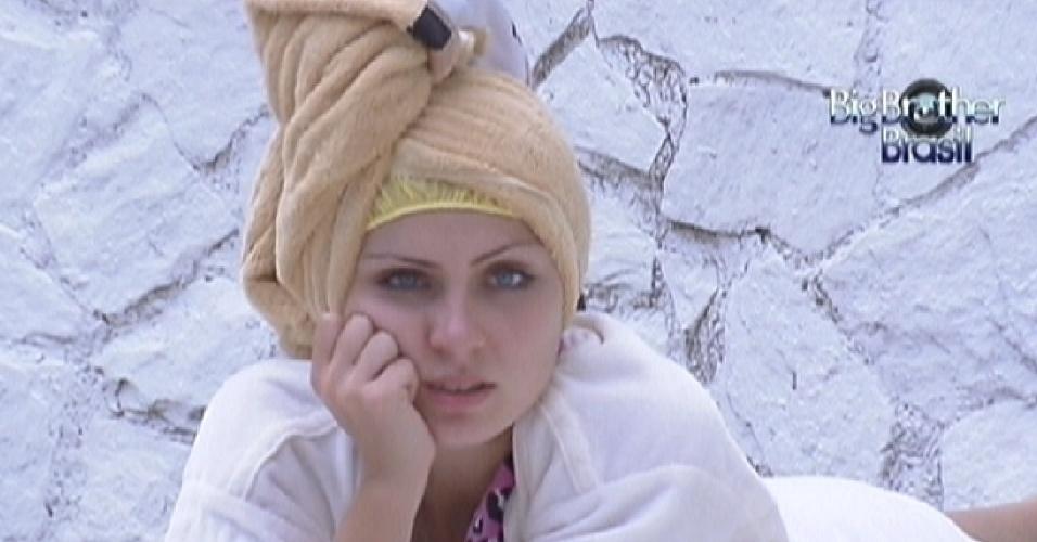 Renata faz hidratação nos cabelos, enquanto conversa com Rafa sobre a festa desta quarta-feira (22/2/12)
