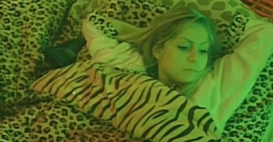 Renata se deita na cama de Rafa para conversar, mas se recusa a dormir com ele (22/2/12)