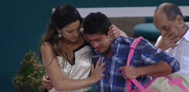 Yuri chora muito e carrega a mala de Laisa (22/2/12)