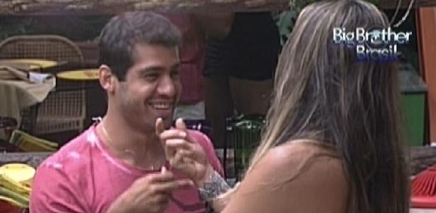 Yuri conta para Monique sobre conversa que teve com Rafa e Renata (22/2/12)
