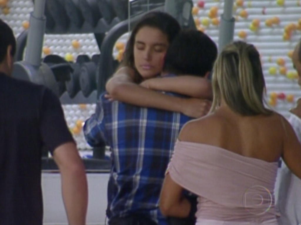 Yuri e Laisa se abraçam antes da gaúcha sair da casa (22/2/12)