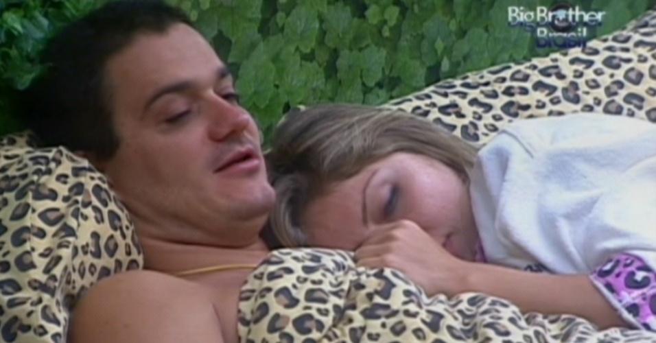Abraçado com Renata, Rafa diz achar que a pulseira que ganhou de Jonas é veto para a prova do líder ou do anjo.