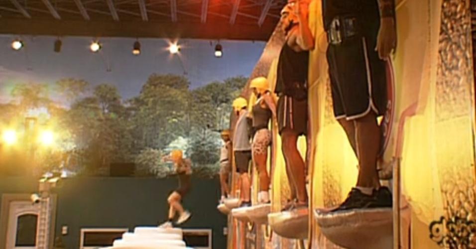 Enquanto participantes se apertam contra parede para equillibrar-se, Renata cai da colher e é eliminada da prova (23/2/12)