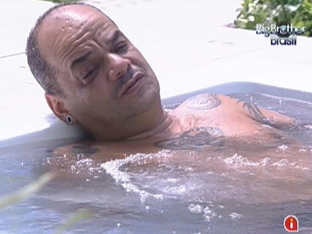João Carvalho descansa na banheira de hidromassagem (23/2/12)