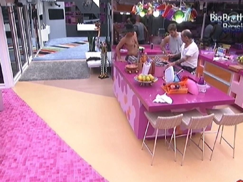 Jonas e Fael conversam com João Carvalho na cozinha (23/2/12)