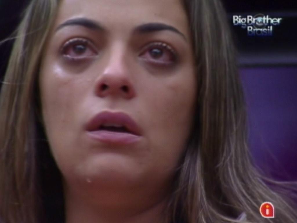 Monique chora achando que bracelete dado por Jonas a mandará para um quarto branco (23/2/12)