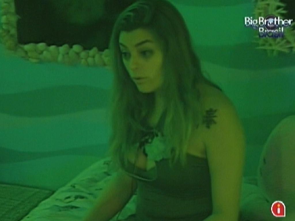 Monique conversa com os brothers no quarto Praia sobre Renata e Rafa terem se beijado (22/2/12)