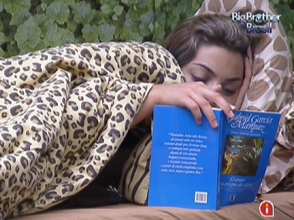 Monique se concentra na leitura do livro