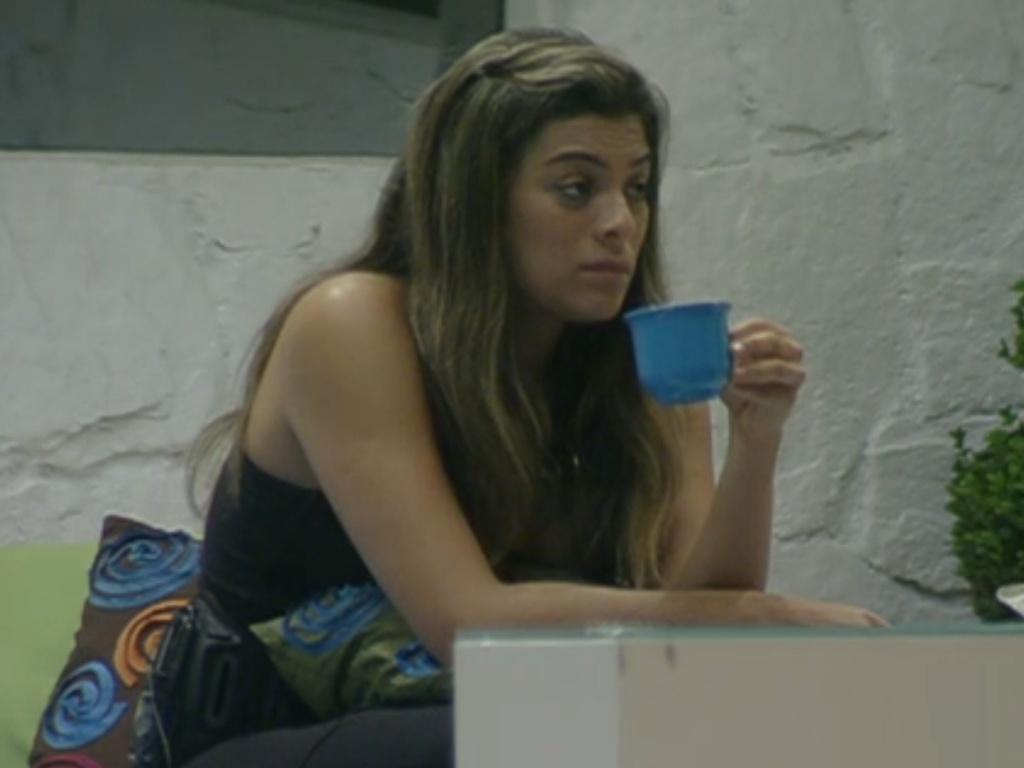 Monique toma um café enquanto observa brothers na prova de resistência (23/2/12)