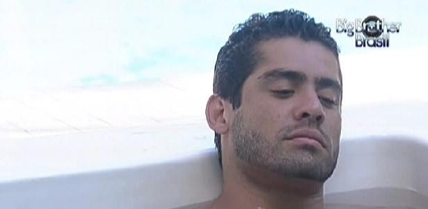 Na hidromassagem, Yuri lembra as primeiras perguntas feitas aos brothers por Pedro Bial (23/2/12)