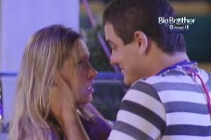 Rafa e Renata conversam na pista de dança da festa Lapinha (22/2/12)