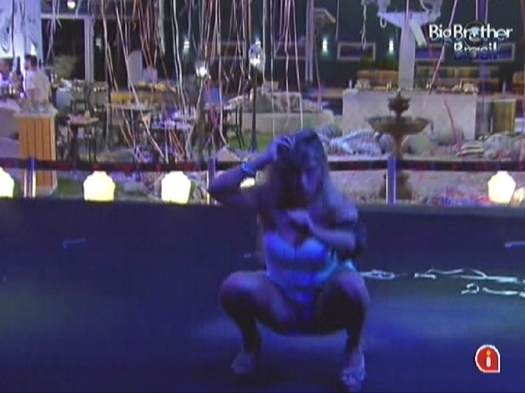 Renata dança sozinha na pista ao som de música eletrônica (22/2/12)