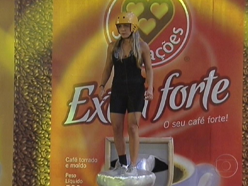 Renata foi a primeira eliminada na prova de equilíbrio e resistência que vale a liderança (23/2/12)