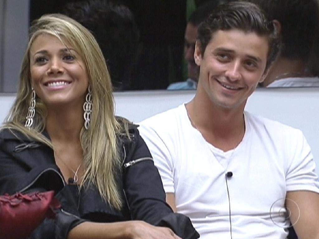 Ao lado de Fael (dir.), Fabiana (esq.) é coroada a nova líder por Pedro Bial durante programa ao vivo (24/2/12)