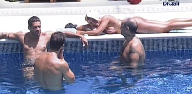 Após serem acordados pela segunda vez pela produção, brothers curtem a piscina