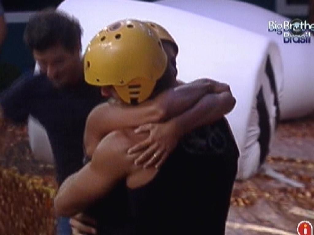 Fabiana abraça Jonas após prova (24/2/12)