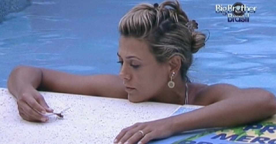 Fabiana brinca com uma libélula na beira da piscina (24/2/12)