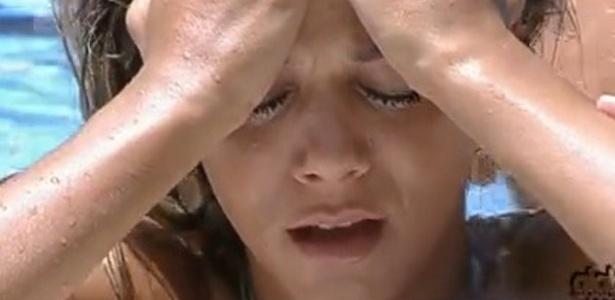 Fabiana lamenta ter deixado o microfone cair na piscina (24/2/12)