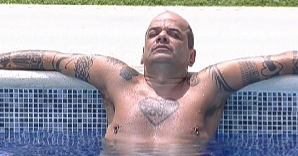 João Carvalho aproveita a tarde de sol na piscina (24/2/12)
