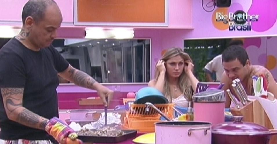 João Carvalho prepara picanha para o almoço desta sexta-feira (24)