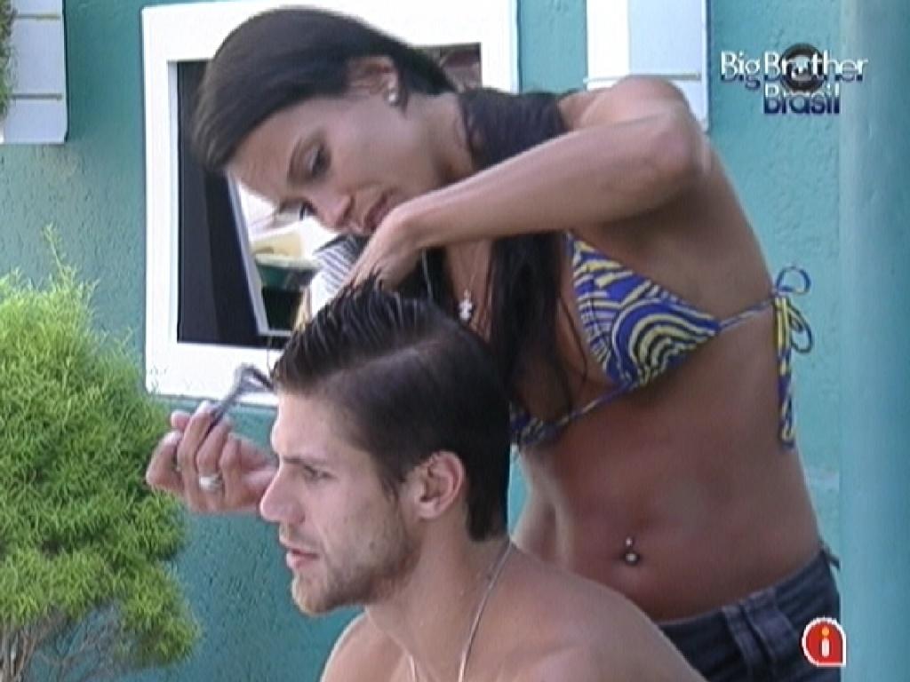 Kelly corta o cabelo de Jonas com uma lâmina de barbear (24/2/12)