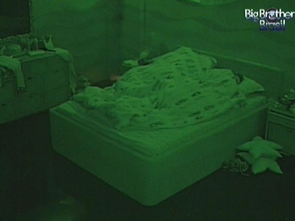 Kelly e Fabiana dormem no quarto Praia (24/2/12)