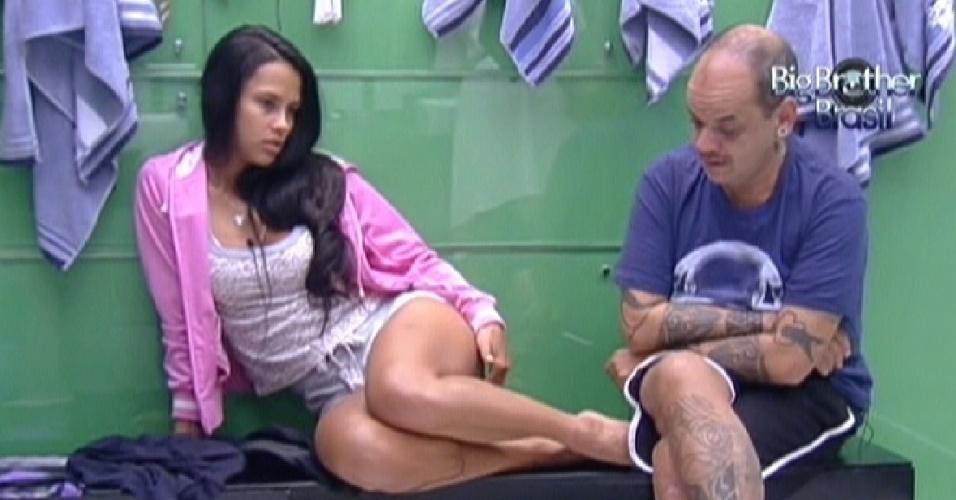 Kelly e João Carvalho aguardam o banheiro desocupar (24/2/12)