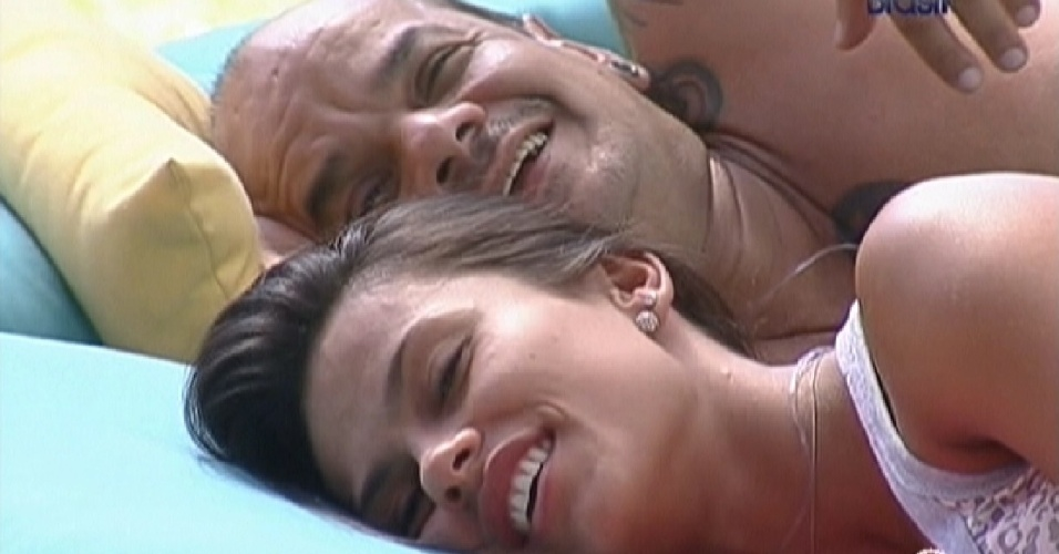Kelly e João Carvalho deitam no futon na parte externa da casa (24/2/12)