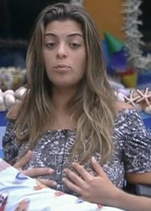 Monique reclama de biquíni apertado para Kelly e Fabiana (24/2/12)