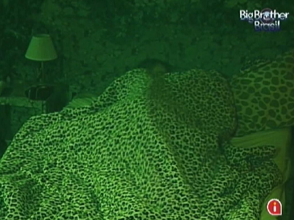 Rafa e Renata trocam carícias na cama (24/2/12)