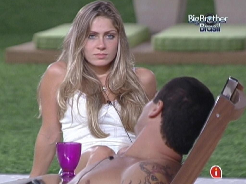 Renata e Rafa criticam Yuri por ter se aproximado de Fael e Jonas (24/2/12)