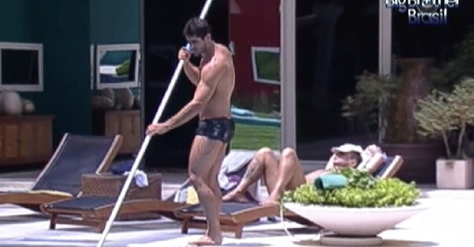 Yuri limpa a piscina no começo da tarde desta sexta-feira (24/2/12)