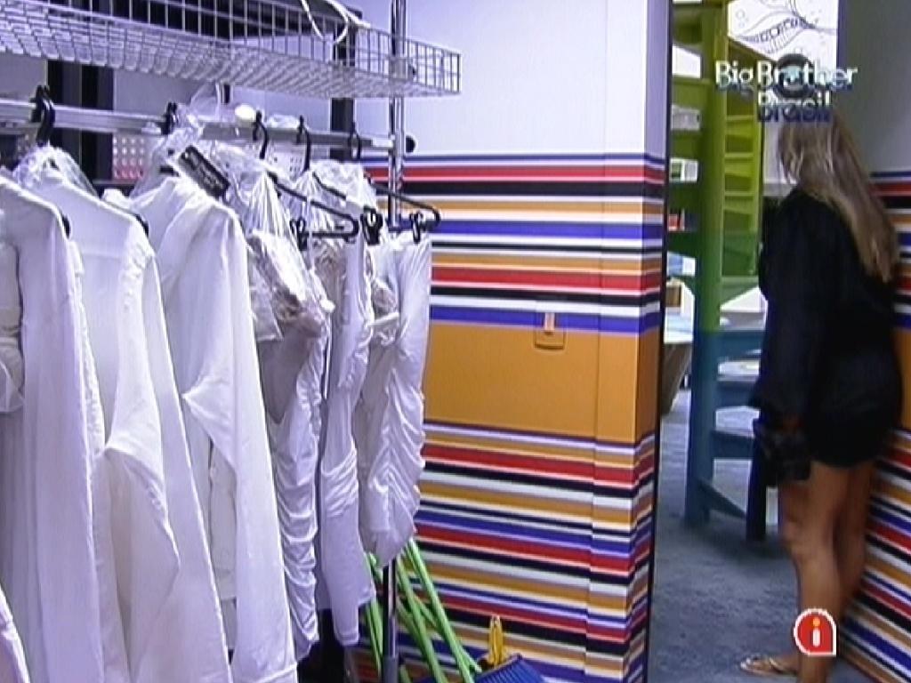 Fabiana chama os brothers para pegarem roupas da festa (25/2/12)
