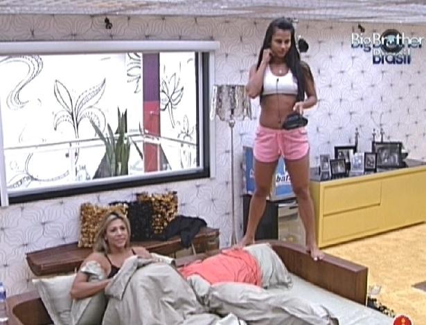 Fabiana e Kelly acordam no quarto do líder (25/2/12)