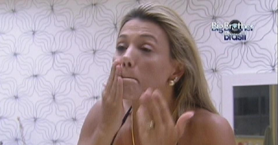Fabiana passa creme no rosto depois de tomar banho (25/2/12)