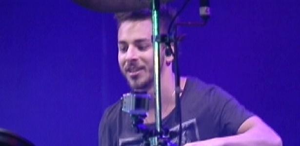 """Júnior Lima faz show com sua banda de música eletrônica Dexterz no """"BBB12"""" (25/2/12)"""