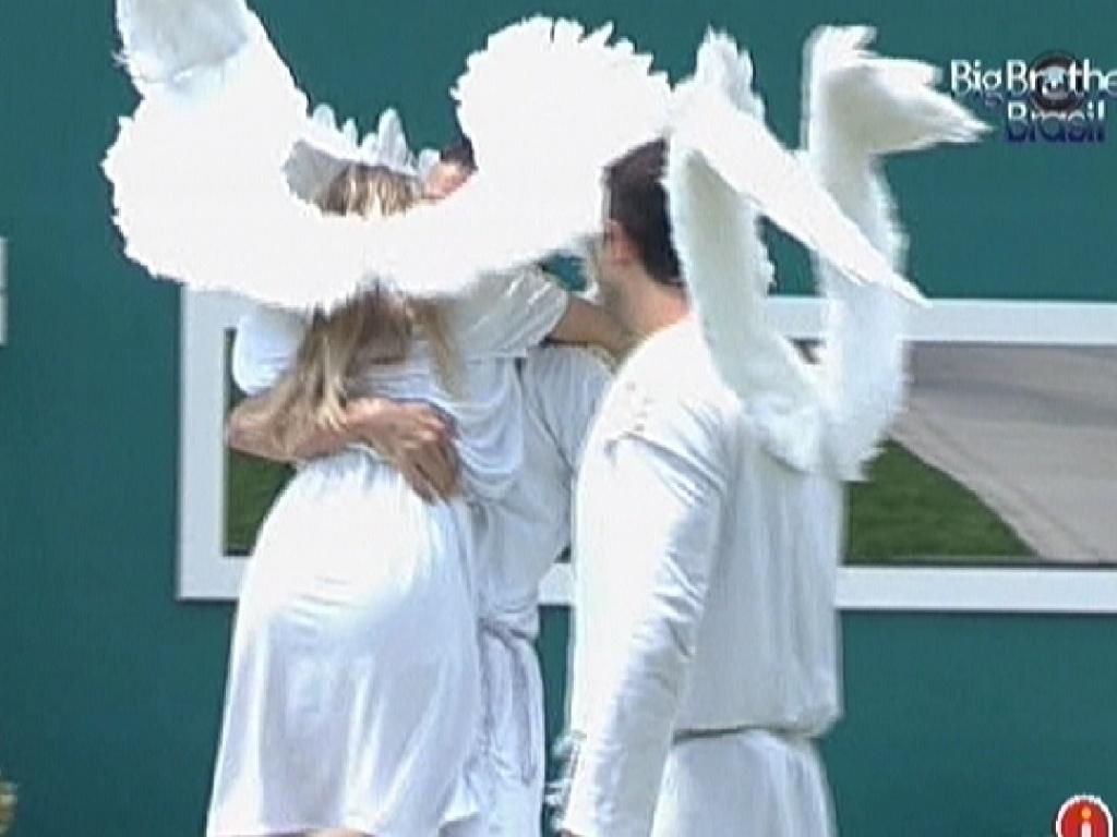 Renata abraça Rafa em comemoração à vitória na prova do anjo (25/2/12)